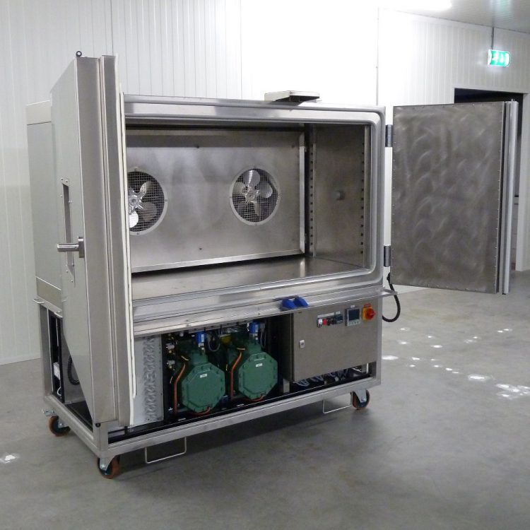 Large temperature chamber for fast temperature cycles