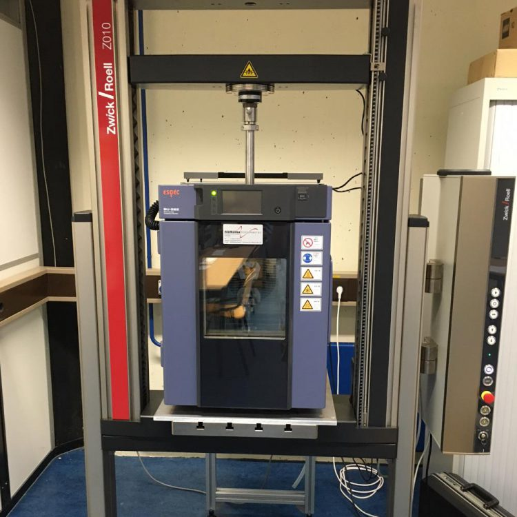 Temperature chamber for tensile and pressure tests