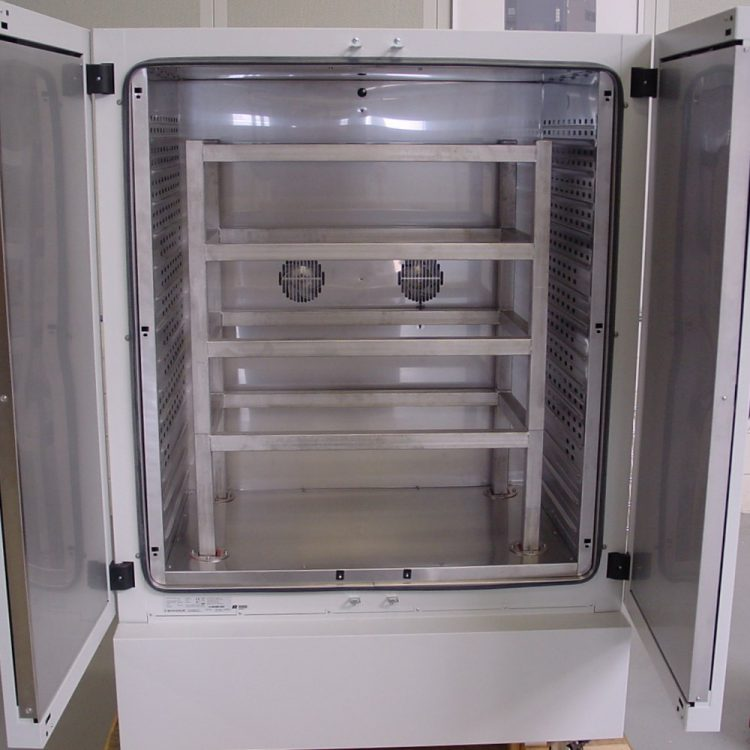Oven with reinforced rack